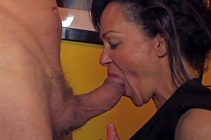 Mature Whore Elektra Lamour Gets Throat Fucked